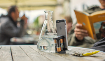 Oivo-The-Smallest-iPhone-Charger-On-the-go-on-the-table-with-batteries